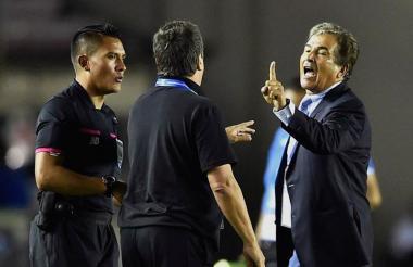 Fuerte cruce entre el 'Bolillo' Gómez y Jorge Luis Pinto luego del encuentro entre Panamá y Honduras.