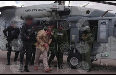 """Policías federales conducen este jueves al narcotraficante Joaquín el """"Chapo"""" Guzmán a un helicóptero en el aeropuerto de Ciudad Juárez (México), antes de ser extraditado a Estados Unidos."""