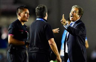 """Hernán """"Bolillo"""" Gómez y Jorge Luis Pinto durante el enfrentamiento que sostuvieron durante el encuentro entre Panamá y Honduras."""