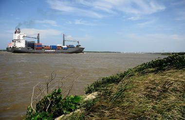 Un barco entra por el río Magdalena.