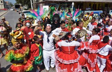Disfraces y danzas alegraron el barrio Rebolo.