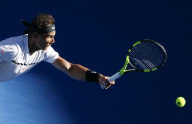El español Rafael Nadal durante una acción del juego contra el alemán Alexander Zverev.
