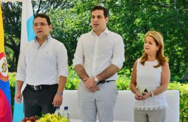 El alcalde de Santa Marta, Rafael Martínez; el director del DNP, Simón Gaviria, y la ministra de Vivienda, Elsa Noguera, en la Quinta de San Pedro Alejandrino.