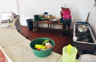 Una operaria trabaja en la cocina de un colegio sucreño.