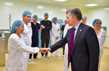 El presidente Santos saluda a personal del Instituto Nacional de Salud.