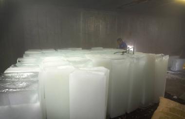 Bloques de hielo en la planta de la calle 30 en Barranquilla.