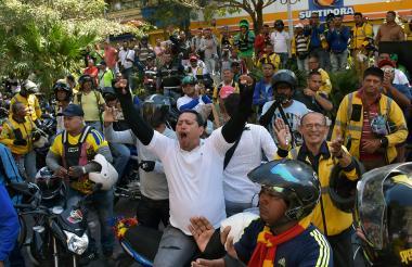 Varios motociclistas lanzan arengas para rechazar la restricción al parrillero.