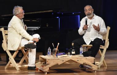 El escritor colombiano Héctor Abad Faciolince y el autor cubano Leonardo Padura durante el conversatorio del Hay Festival, en el Teatro Adolfo Mejía.