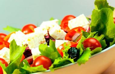 La dieta mediterránea es rica en verduras, frutas y aceite de oliva.