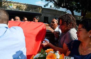 Jorge Bolaño cargando el féretro de su padre.