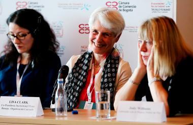 La copresidenta del International Peace Bureau, Luisa Clark (c), habla junto a la presidenta del Secretariado Permanente de la Cumbre Mundial de Premios Nobel de Paz (CMPNP), Ekateriae Zagladina (i), y a la ganadora del Premio Nobel de Paz en 1997, la estadounidense Jody Williams (d), durante una rueda de prensa de la 16 Cumbre Mundial de Premios Nobel de Paz.