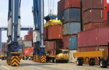 Salida de contenedores desde el puerto de Barranquilla.