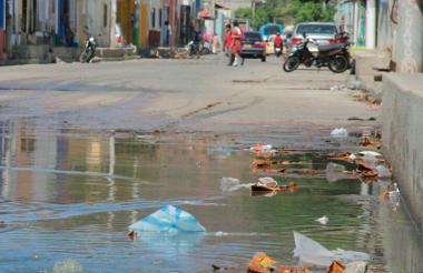 Alcantarilla rebosada en algunos sectores de Santa Marta.
