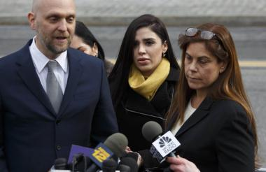 Emma Coronel, centro, esposa del narcotraficante, y la abogada de su marido, Michelle Gelernt.