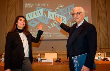 Christine Macel, comisaria de esta edición, y Paolo Baratta, presidente de la Bienal.