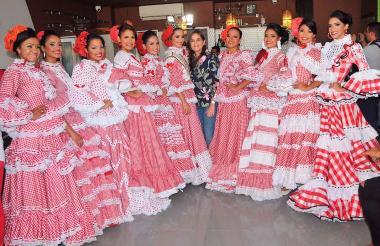 Candidatas a Sirena de la Cumbia con María Teresa Fernández, secretaria de Cultura del Atlántico.