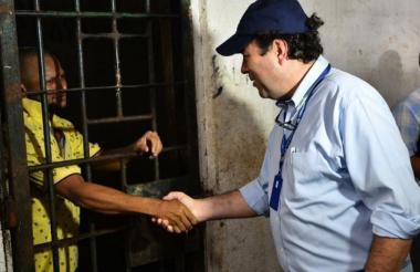 El defensor Carlos Negret Mosquera, durante si visita a la cárcel de Montería.