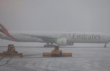 Una imagen de las máquinas quitanievees en la pista del aeropuerto internacional de Logan en Boston, Massachusetts.