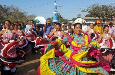 Cumbiamberas bailan durante el particular cortejo fúnebre de Manuel Martínez, 87 años, en una calle de Puerto Giraldo.