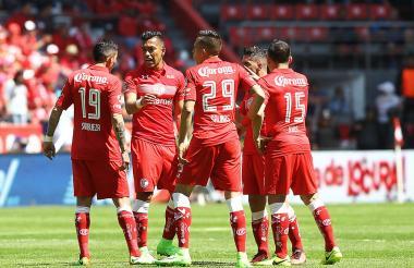 Fernando Uribe celebra el gol con sus compañeros.