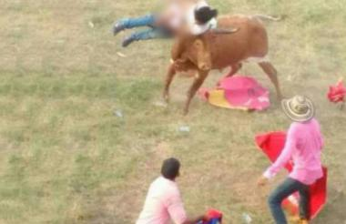 Momento en que la mujer fue corneada la mujer en Montería.