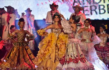 Momento de la coronación de la reina del Sirenato de la cumbia en Puerto Colombia.