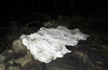 Una sábana cubre los cuerpos de los cinco menores.