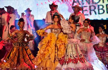 Momento de la coronación de la reina del Sirenato de la cumbia, en Pto. Colombia.