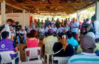 Reunión entre autoridades y comunidad en Gallo.