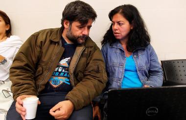 David de la Puente y Gladys Patricia López captados este martes en el aeropuerto de Bogotá.
