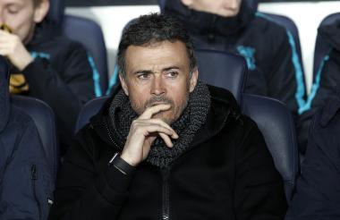 El técnico español Luis Enrique muestra su desazón en el banco técnico del Barcelona.