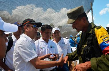 El Gobernador de Córdoba, Edwin Besaile, se saluda con el comandante del frente 58 de las Farc, Joverman Sánchez, conocido como 'Manteco' o 'Rubén'.