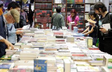 Personas disfrutan de la exhibición de libros en la feria.