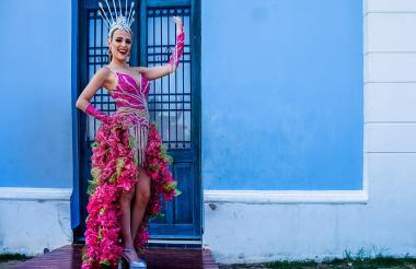 La reina del Carnaval, Stephanie Mendoza, luce el vestido que usará en el Carnaval de los Niños.