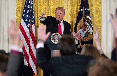 Trump responde las preguntas a los periodistas.