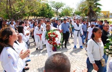 Los amigos taekwondistas de Abel Berdugo Herrera le hicieron calle de honor.