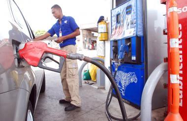 Vehículo mientras se abastece de gasolina en una estación de servicios.