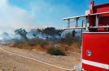 Bomberos de Valledupar controlan un incendio.