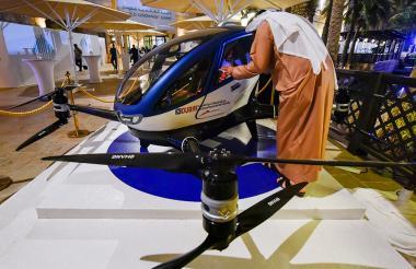 Una persona chequea el EHang 184, el taxi dron que fue lanzado en Dubái.