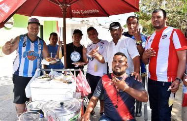 Los hinchas de Atlético Tucumán comiendo arroz de payaso.