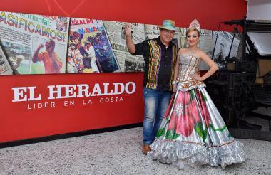 La reina de Sabanalarga, Wendy Ramírez, acompañada de Argelio Consuegra, director de la Guacherna.