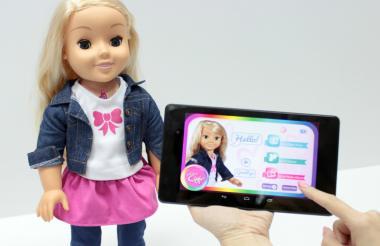 La muñeca Cayla tiene conexión a bluetooth y microfono incorporado.