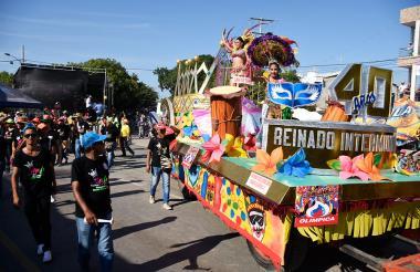La reina del Carnaval de Santo Tomás, María Fernando Fontalvo, saluda desde su carroza a los espectadores.