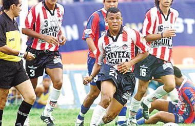 Léiner Rolong en acción en un clásico entre Junior y Unión Magdalena. En la imagen aparece junto a  los exdefensas Roberto Peñaloza y Édgar Zapata.
