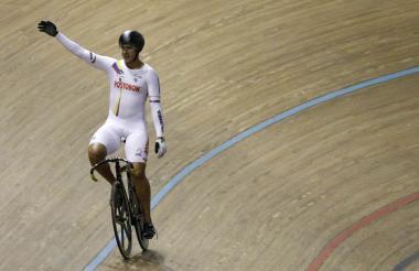 Fabián Puertas de Colombia vence a Francois Pervis de Francia y obtiene medalla de oro en la final Keirin hombres.