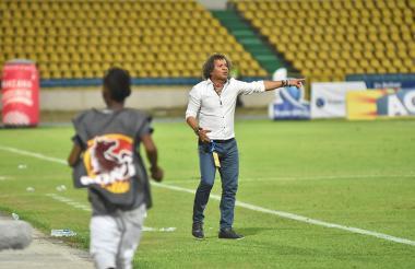 El técnico Alberto Gamero da indicaciones a sus dirigidos en el duelo de este domingo ante Alianza, en el Jaime Morón.