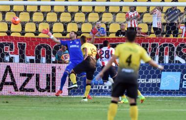 A través de esta acción, Alianza Petrolera consiguió el primer gol. César Árias cabeceó en el corazón del área y dejó sin chance a Viera.