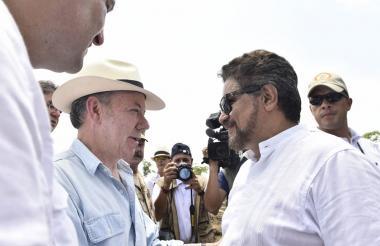 El presidente Juan Manuel Santos saluda a Iván Márquez, durante su visita a la zona veredal en Putumayo.