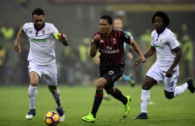 Carlos Bacca en acción en el duelo ante la Fiorentina.