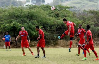 Junior hizo énfasis ayer en la pelota aérea, uno de los fuertes de Atlético Tucumán, próximo rival de Copa.